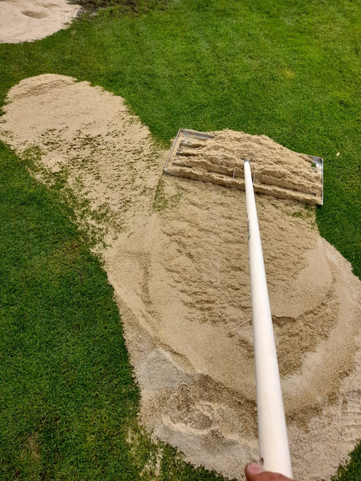 Rasenrakel mit Quarzsand